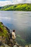 Pesca dell'uomo al lago Duich in Scozia Fotografie Stock