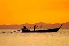 Pesca dell'uomo al tramonto Immagini Stock
