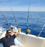 Pesca dell'uomo del marinaio che riposa in vacanza di estate della barca Fotografia Stock Libera da Diritti
