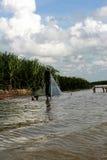 Pesca dell'uomo nel lago Fotografia Stock