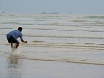 Pesca dell'uomo nel mare Fotografia Stock