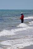 Pesca dell'uomo nell'oceano Immagini Stock