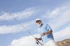 Pesca dell'uomo senior fotografie stock libere da diritti