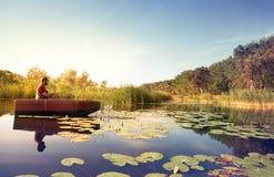 Pesca dell'uomo su un lago immagini stock libere da diritti
