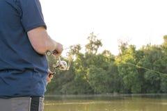 Pesca dell'uomo sul fiume Fotografie Stock Libere da Diritti