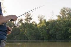 Pesca dell'uomo sul fiume Immagine Stock Libera da Diritti