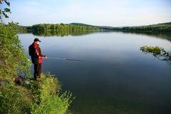 Pesca dell'uomo sul lago Immagini Stock Libere da Diritti