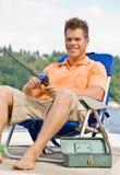 Pesca dell'uomo sul pilastro Fotografie Stock Libere da Diritti