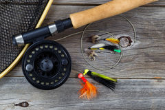 Pesca della bobina della mosca con gli accessori su legno Fotografia Stock