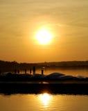Pesca della famiglia con il tramonto Immagini Stock