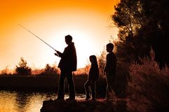 Pesca della famiglia della siluetta Fotografia Stock Libera da Diritti