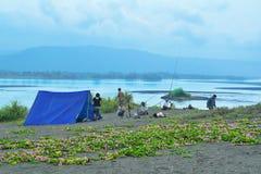 Pesca della famiglia nella laguna Immagine Stock Libera da Diritti