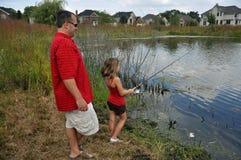 Pesca della figlia del Daddy Fotografie Stock Libere da Diritti
