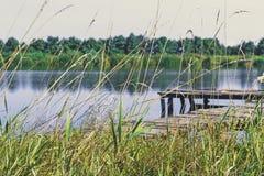 Pesca della piattaforma sul lago Pilastro di legno immagine stock libera da diritti