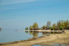 Pesca della primavera sulle canne da pesca della Banca del bacino idrico Fotografia Stock Libera da Diritti