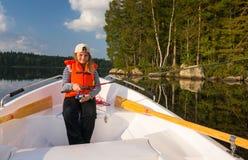 Pesca della ragazza dalla barca fotografie stock libere da diritti