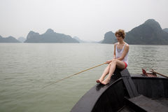 Pesca della ragazza sulla barca Fotografia Stock Libera da Diritti