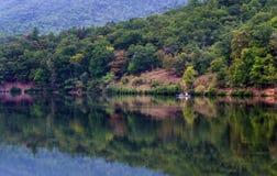 Pesca delle coppie sul lago mountain immagine stock libera da diritti