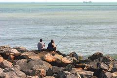 Pesca delle coppie sulle rocce Immagine Stock Libera da Diritti
