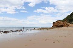 Pesca di hobby della donna e dell'uomo sulla spiaggia a bassa marea Fotografie Stock Libere da Diritti