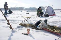 Pesca di inverno e vodka russa Immagini Stock Libere da Diritti