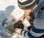 Pesca di inverno sul fiume Fotografia Stock