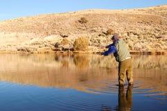 Pesca di mosca dell'uomo Fotografie Stock