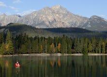 Pesca di mosca in montagne rocciose, Alberta, Canada Immagini Stock