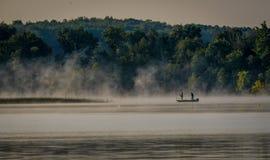 Pesca di primo mattino nella foschia fotografia stock libera da diritti