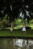 Pesca di And Sister del giovane fratello Fotografia Stock