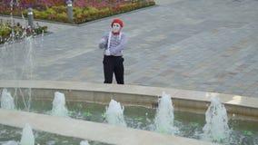 Pesca divertente del mimo nella fontana archivi video