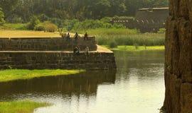 Pesca divertente della gente nella fossa di grande merlo antico della fortificazione del vellore Fotografia Stock Libera da Diritti