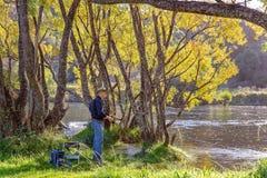 Pesca do aposentado na paisagem bonita enchida clara imagem de stock royalty free
