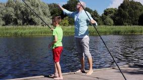 Pesca do avô e do neto no beliche 2 do rio vídeos de arquivo