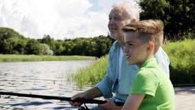 Pesca do avô e do neto no beliche 11 do rio vídeos de arquivo