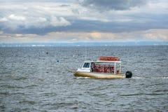 Pesca do barco do caranguejo de Maryland na baía de Chesapeake imagens de stock