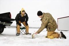 Pesca do gelo dos homens imagem de stock royalty free