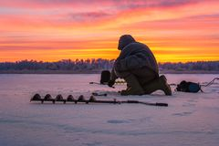 Pesca do gelo do esporte de inverno Fotografia de Stock