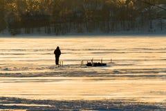 Pesca do gelo no rio no inverno Fotografia de Stock Royalty Free