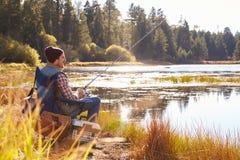 pesca do homem do Meados de-adulto pela beira do lago, Big Bear, Califórnia, EUA imagem de stock royalty free