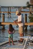 Pesca do homem e da menina fotografia de stock