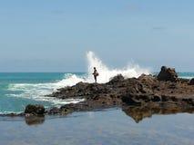 Pesca do homem em Tanjung Ann com onda Foto de Stock Royalty Free