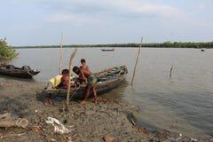 Pesca do homem do fisher do barco no barco bangladesh Imagens de Stock