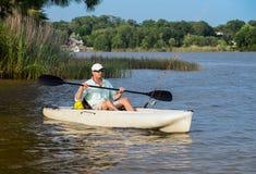 Pesca do homem no caiaque Fotografia de Stock Royalty Free