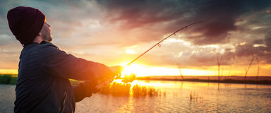 Pesca do homem no lago foto de stock royalty free