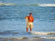 Pesca do homem no mar fotos de stock