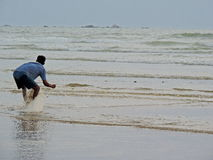 Pesca do homem no mar Foto de Stock