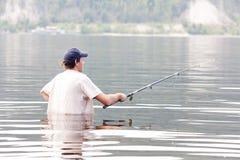 Pesca do homem no rio fotos de stock