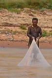 pesca do homem no Tonle Sap River fotografia de stock