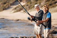Pesca do homem superior com seu neto Foto de Stock